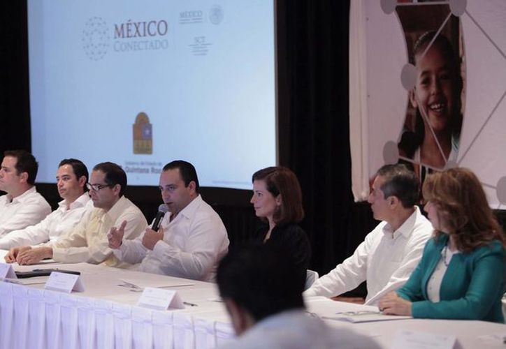 El gobernador de Quintana Roo estuvo acompañado por el subsecretario de Comunicaciones de la SCT en la firma del convenio de conectividad. (Redacción/SIPSE)