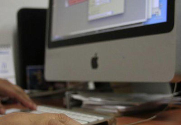 Las empresas empiezan a incursionar a través de internet para ofrecer sus productos al público. (Harold Alcocer/SIPSE)