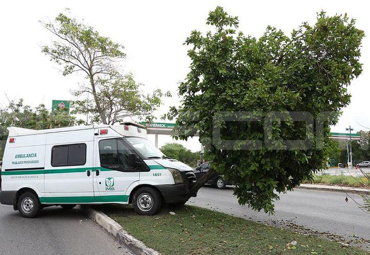 La ambulancia quedó en medio del camellón. (Jorge Pallota/SIPSE)