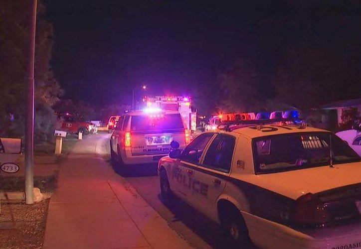 Tras la llamada de emergencia llegaron policías y bomberos al lugar. (twitter.com/azfamily)