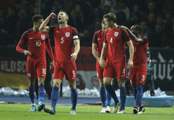 El defensa inglés Eric Dier marcó el gol de la victoria inglesa en el minuto 90 del encuentro. (AP)