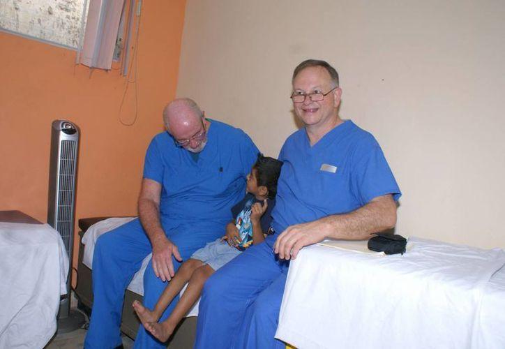 Podiatras valoran los pies de un pequeño paciente. (Manuel Pool/SIPSE)