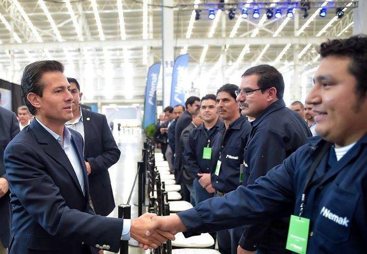 Enrique Peña Nieto acudió a la inauguración de la Central Eléctrica de Pesquería, en Nuevo León, donde saludó a algunos empleados. (Facebook Presidencia de México)