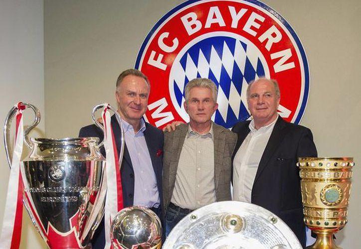 Jupp Heynckes, al centro, con parte de su 'palmarés'. (Efe)