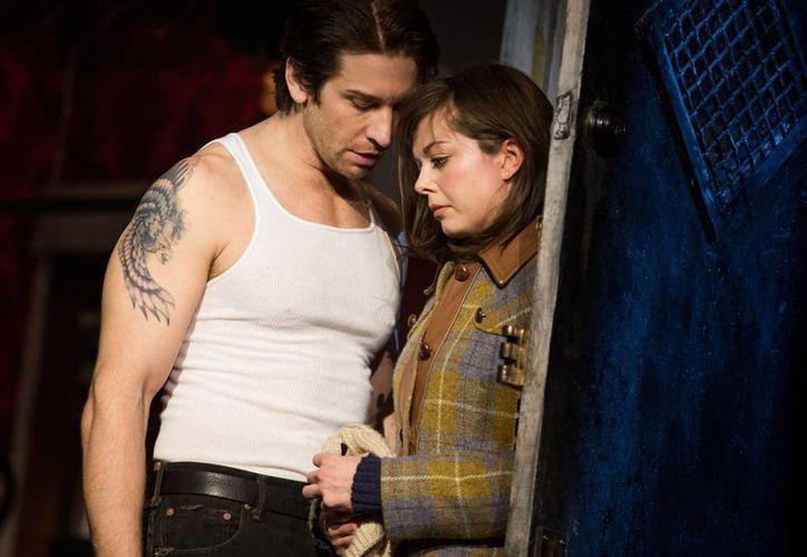 """En esta imagen difundida por Polk and Co., Margo Seibert, a la derecha, y Andy Karl durante una función de """"Rocky"""", un musical basado en el emblemático filme, en el Teatro Winter Garden de Nueva York. (Agencias)"""
