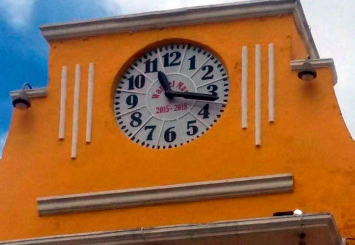 Quitado de la pena, el alcalde de Izamal, Warnel May Escobar, ordenó poner su nombre, con letras rojas, en el reloj municipal. (SIPSE)