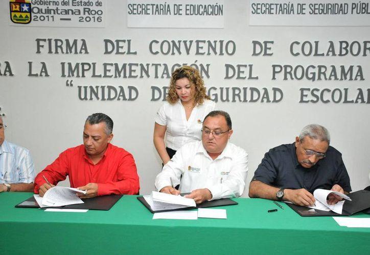El presidente de Othón P.Blanco y el secretario de Educación en la firma del documento. (Cortesía/SIPSE)