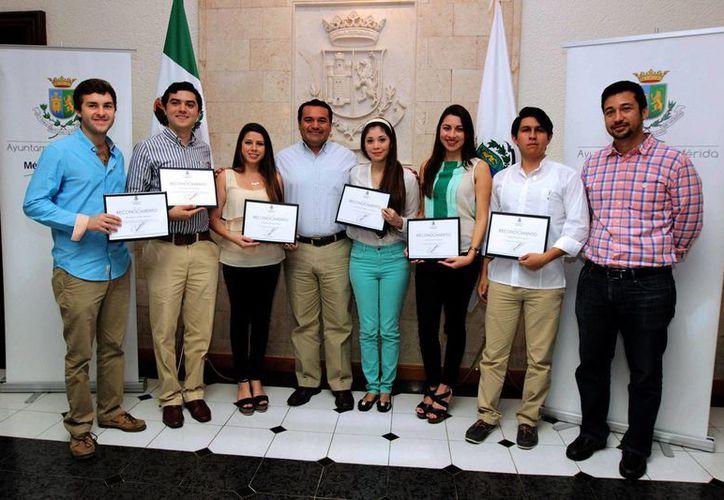 El Alcalde de Mérida entregó reconocimnientos a los estudiantes de la Universidad Marista. (Milenio Novedades)