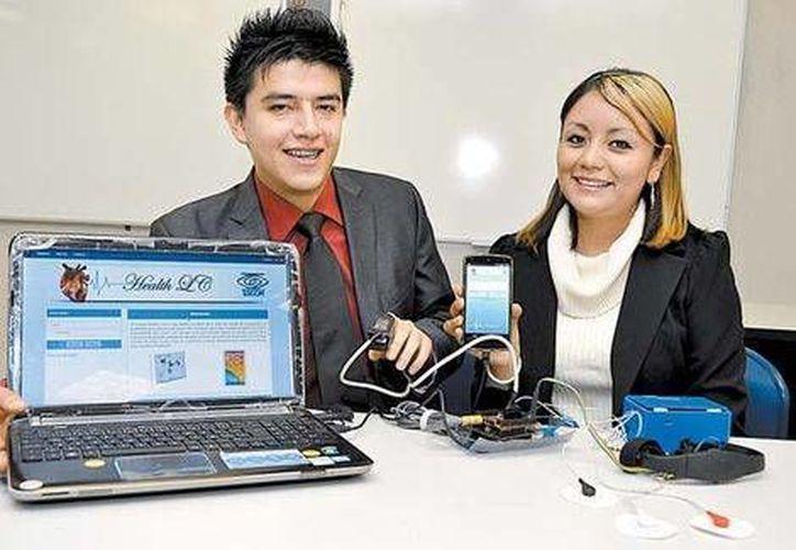 El dispositivo desarrollado por Carlos Arturo García Rico y Laura Cañedo Martínez  obtuvo el primer lugar del Concurso de Trabajos Terminales que lleva a cabo la Escom del IPN. (Milenio)