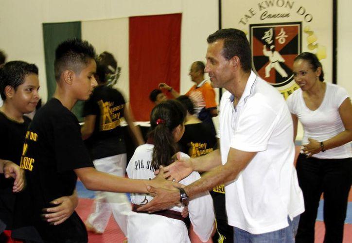 El campeón mundial, Rafael Zúñiga, convivió con los niños y jóvenes atletas de la escuela del Centro de Alto Rendimiento Pil Sung. (Francisco Gálvez/SIPSE)