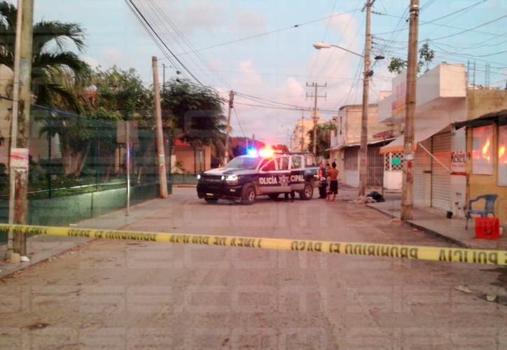 El sujeto fue herido afuera del hospital. En la calle quedaron huellas de sangre. (Redacción/SIPSE)