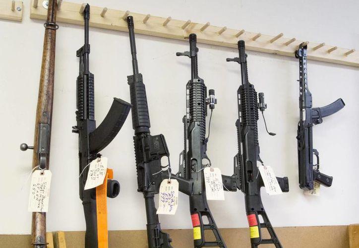 Vista de unos rifles de asalto semiautomáticos en una armería de Tucker, en Georgia, EU. El comercio mundial de armas convencionales aumentó un 14 % entre 2011 y 2015 con respecto al lustro anterior. (EFE/Archivo)