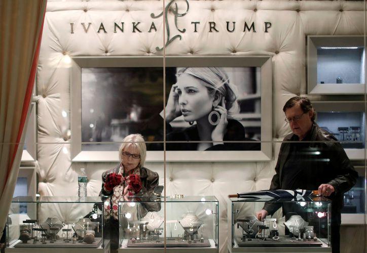 Las tiendas que vendían la línea de ropa de la hija de Donald Trump, eran blanco de manifestaciones y críticas. (AFP)