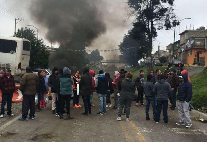 Habitantes mantienen bloqueada con barricadas la carretera federal México-Cuernavaca. (Noticieros Televisa)