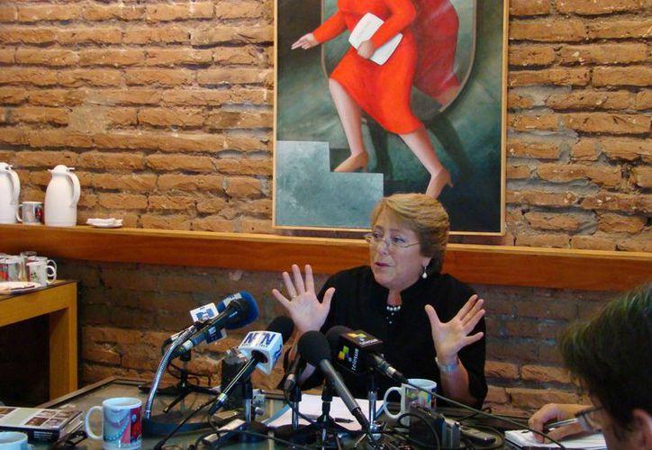 Diversos analistas a vaticinan que Michelle Bachelet ganaría en los comicios del 17 de noviembre por una diferencia holgada. (Notimex)