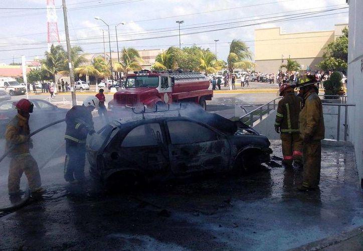 Los bomberos lograron apagar el fuego. (Sergio Orozco/SIPSE)