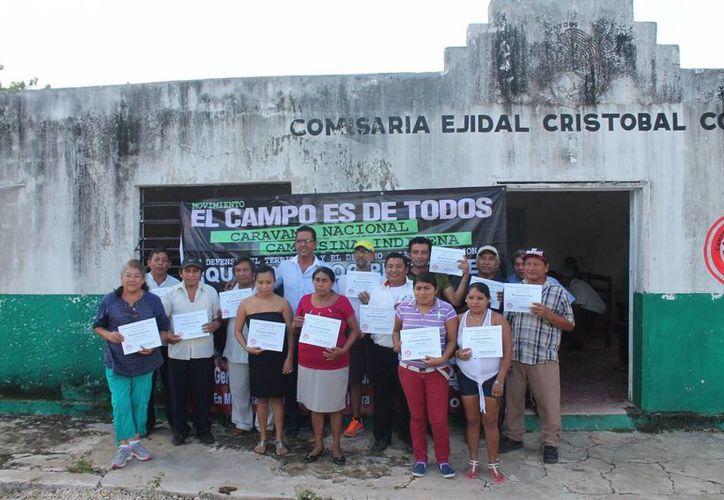 Entregan reconocimientos a coordinadores de las comunidades. (Raúl Balam/SIPSE)