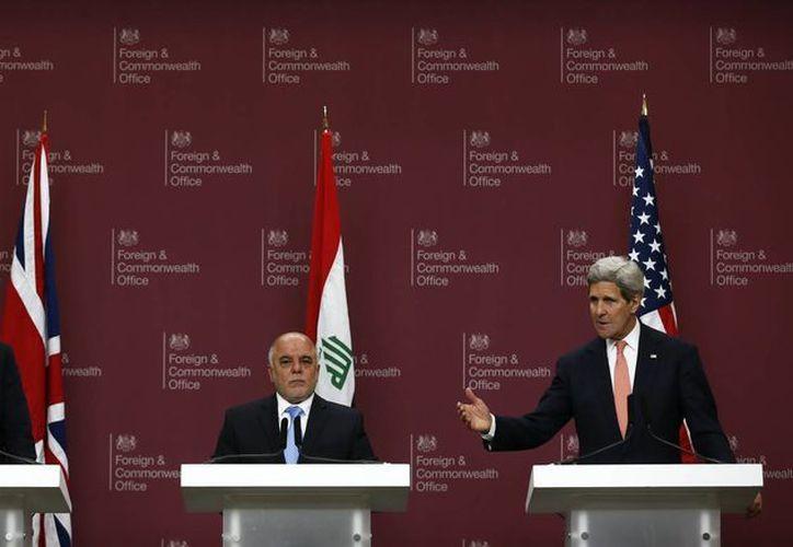 De izquierda a derecha, el secretario de Relaciones Exteriores de Gran Bretaña Philip Hammond, el primer ministro iraquí Haider al-Abadi y el secretario de Estado norteamericano John Kerry, quien dijo que Irak y sus socios internacionales han hecho avances significativos contra el Estado Islámico. (AP)