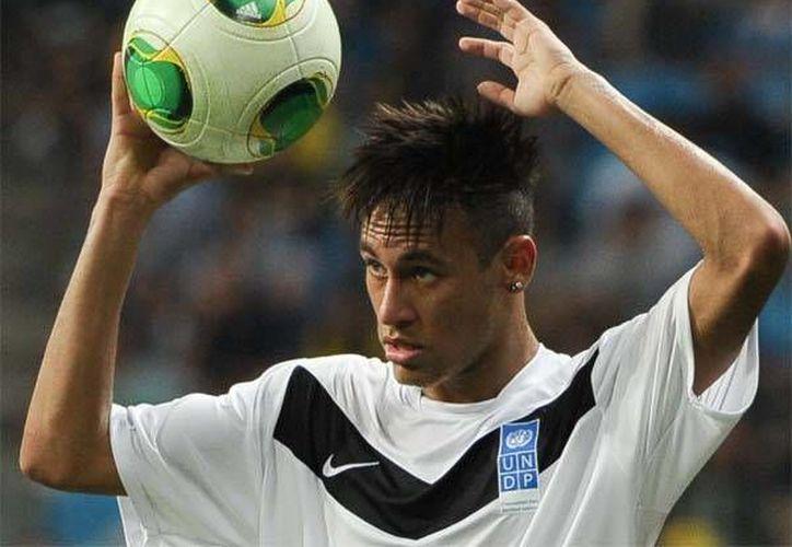 El delantero brasileño Neymar podría terminar en el Real Madrid, porque este club tiene más dinero disponible. (football.thestar.com/Archivo)