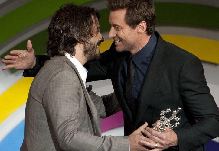Diego Luna (i) en el momento de entregar el Premio Donostia a Hugh Jackman. (Agencias)