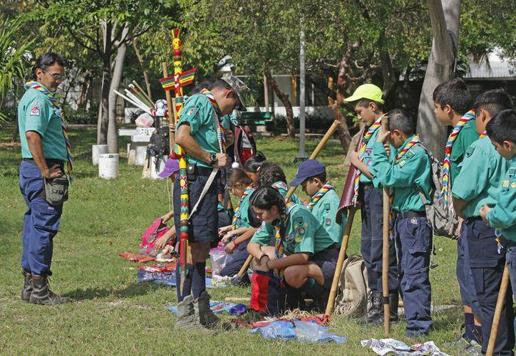 Los padres juegan un papel importante para que los menores se integren en  los Scouts. (Jesús Tijerina/SIPSE)