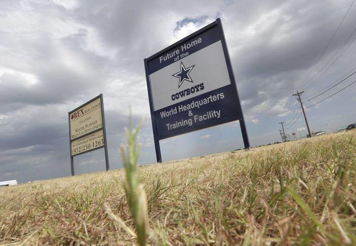 Foto del 13 de agosto de 2013, de un letrero que anuncia la sede futura del equipo Cowboys de Dallas de la NFL e instalaciones de entrenamiento en Frisco, Texas. Tres de las cinco urbes con mayor crecimiento en EU están ubicadas en ese estado, de acuerdo con nueva información de la Oficina del Censo. (Foto AP/LM Otero, archivo)