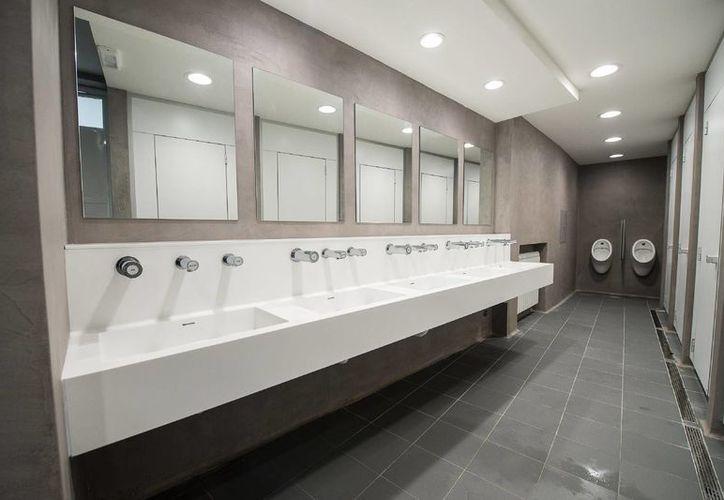 Los baños fueron hechos con materiales fáciles de limpiar para asegurar una higiene adecuada. (Agencias)