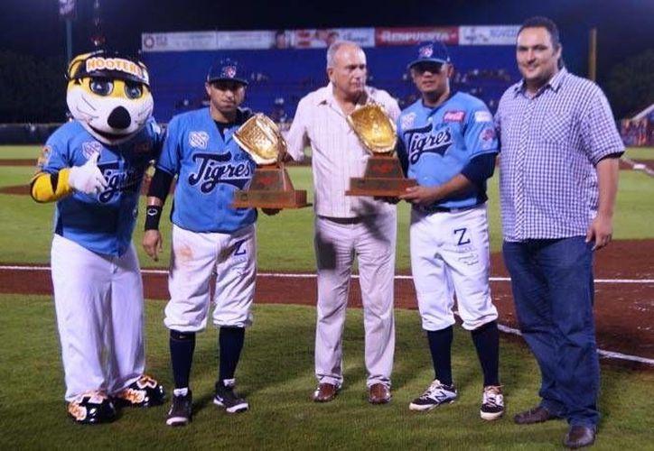 El reconocimiento fue entregado a Gastélum y Flores, durante el juego contra los Rojos del Águila de Veracruz. (Redacción/SIPSE)