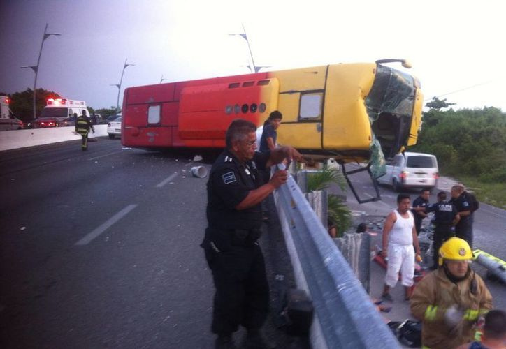 El camión turístico estuvo a punto de caerse del puente. (Sergio Orozco/SIPSE)
