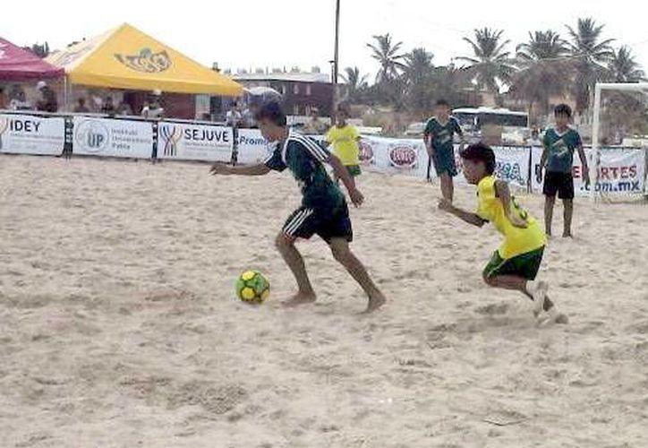 El III Torneo Internacional de Futbol de Playa, fue celebrado en el Malecón del vecino puerto. (Milenio Novedades)