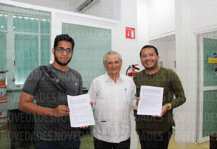 Víctor Alcérreca Sánchez, director del Coqcyt, entregó apoyos a los jóvenes. (Paola Chiomante/SIPSE)