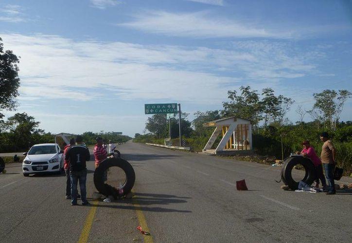Los ejidatarios siguen pidiendo una cuota de 10 pesos en el cruce del poblado de San Pedro. (Raúl Balam/SIPSE)
