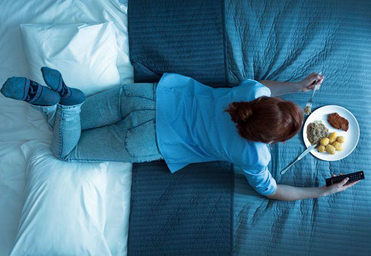 Cenar al menos dos horas antes de ir a dormir puede ayudar a prevenir el cáncer de  mama y de próstata. (runnersworld.com.br)