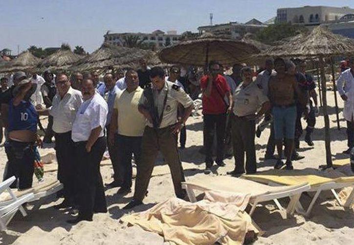 Imagen de la playa de la localidad de Port El Kantaoui, junto a la turística ciudad de Susa, donde al menos 28 personas murieron y 38 resultaron heridas en un asalto terrorista contra dos hoteles. (EFE)
