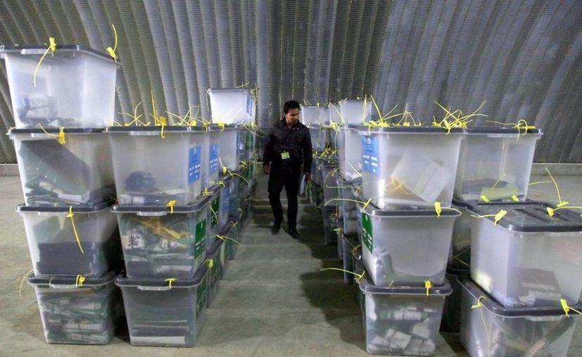 Unos siete millones de afganos salieron ayer a votar en una jornada considerada histórica. (EFE)