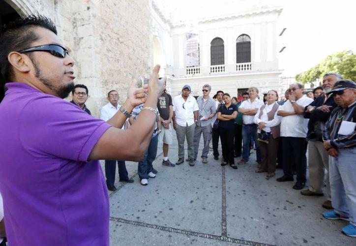 El recorrido turístico en el lenguaje de señas, ayer en la explanada de la Catedral, servirá  permitirá brindar una mejor atención a los visitantes sordos y sordomudos. (Milenio Novedades)