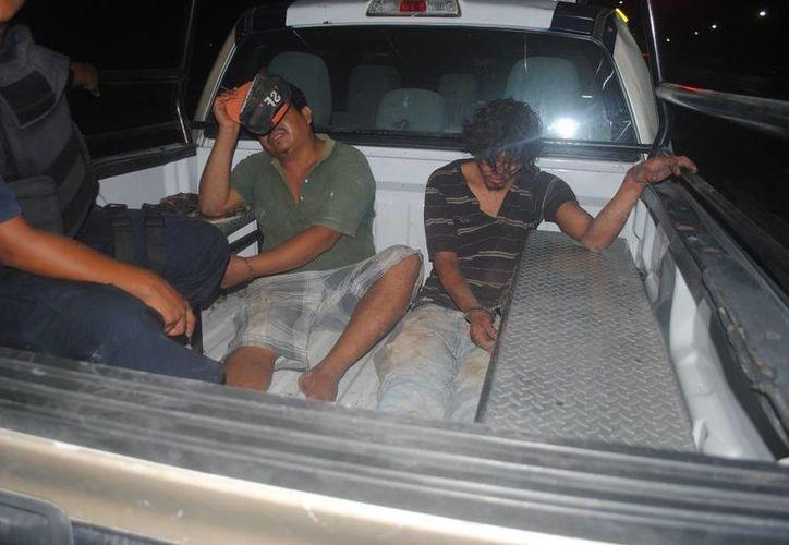 El hombre fue subido a la patrulla, junto a otro detenido, justo antes de que sus vecinos lo lincharan. (Redacción/SIPSE)