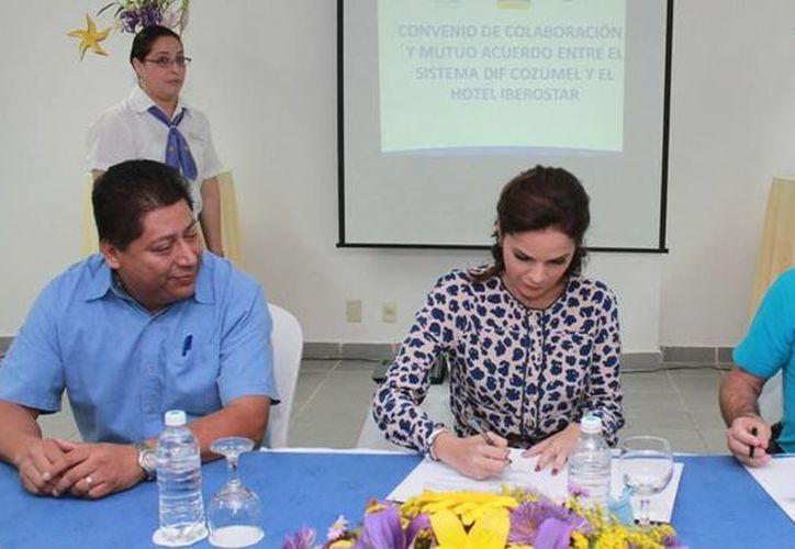Firman el convenio la presidenta del DIF Cozumel y los representantes del Hotel Iberostar. (Cortesía/SIPSE)