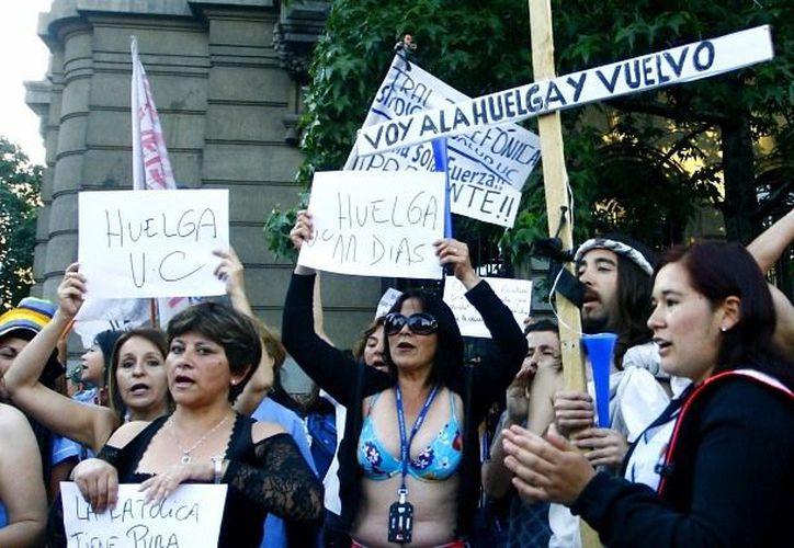 Los trabajadores del Hospital Clínico de la Universidad Católica de Chile ocuparon céntricas calles de Santiago. (feeddoo.com)