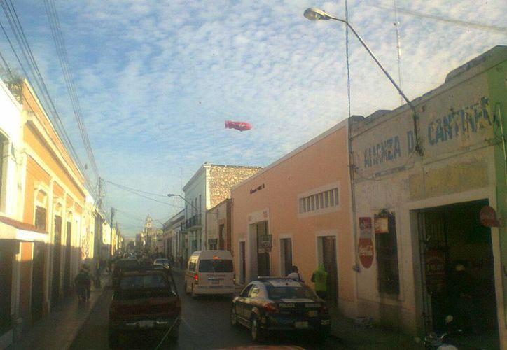 En las fotos que tomó Noé Flores Sánchez mientras conducía un minibús de la Alianza de Camioneros se observan varias esferas en el cielo. (Jorge Moreno/SIPSE)