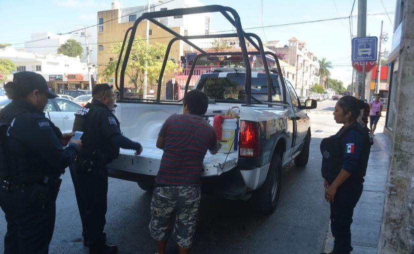 Policías apoyaron al vendedor de elote, sin embargo los presuntos se dieron a la fuga. (Redacción/SIPSE)