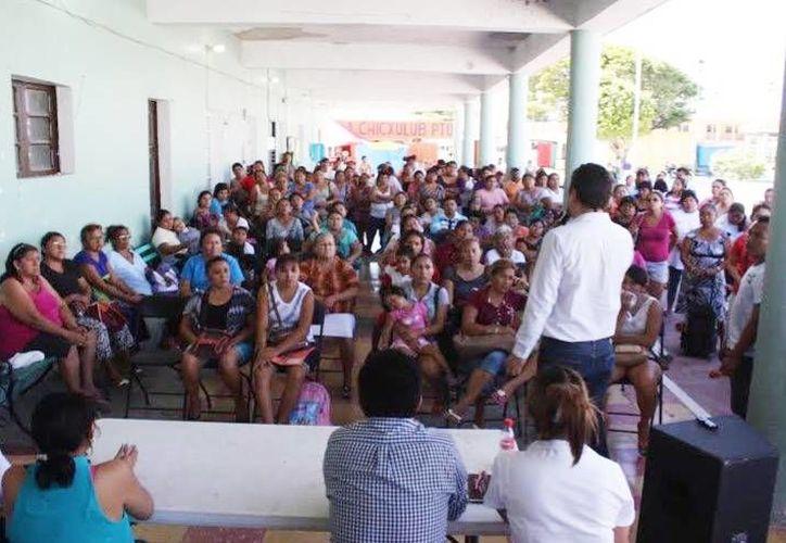 Cientos de vecinos del Chicxulub Puerto acudieron a la reunión para escuchar los requisitos que se necesitan para acceder al programa de vivienda. (Milenio Novedades)