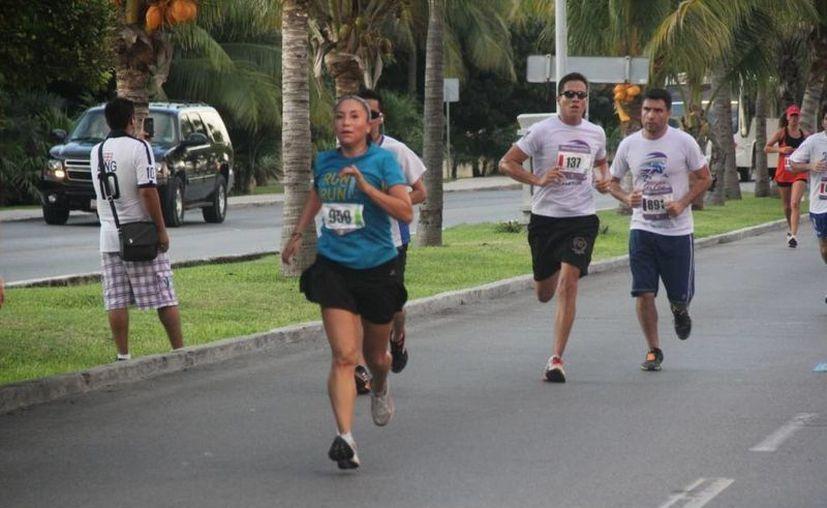 Fueron más de 600 los participantes que se dieron cita en el bulevar Kukulcán. (Raúl Caballero/SIPSE)