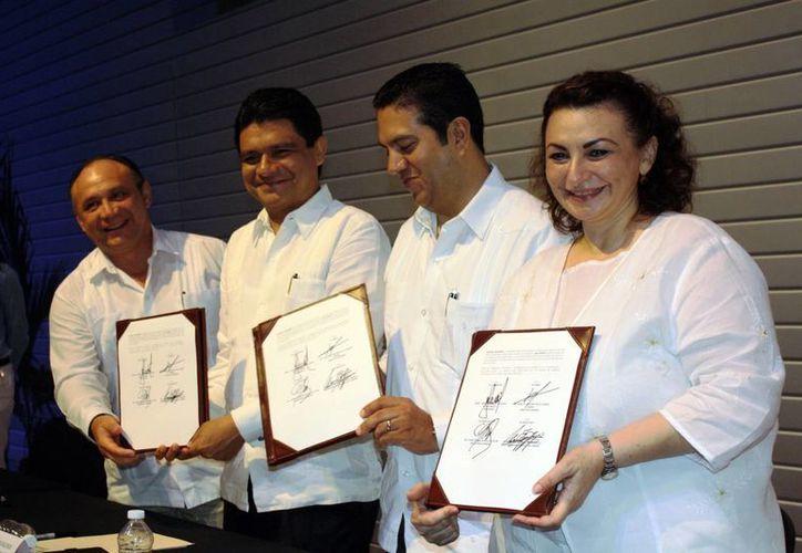 Funciorios del Sntsa y HRAE que firmaron acuerdo con la Codhey. (Juan Carlos Albornoz/SIPSE)