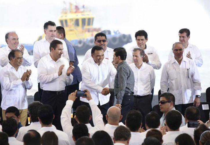 Yucatán detonará su potencial productivo como Zona Económica Especial. Este martes el Gobernador de Yucatán y el presidente Enrique Peña estuvieron reunidos en la promulgación de la Ley Federal de ZEE. (Foto cortesía del Gobierno estatal)