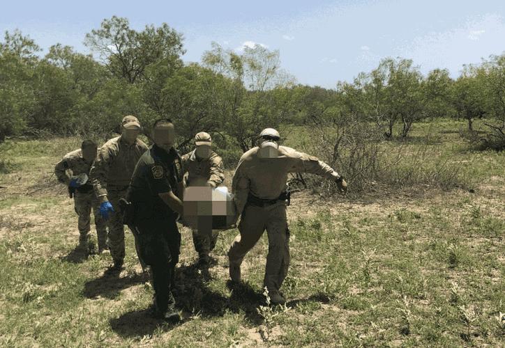 Policía fronteriza sacó el cuerpo de la maleza. (Foto: CBP)