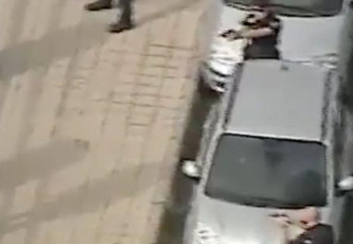 Los policías se presentaron en el lugar porque habían sido alertados por teléfono de la presencia de este hombre. (El Huffington Post)