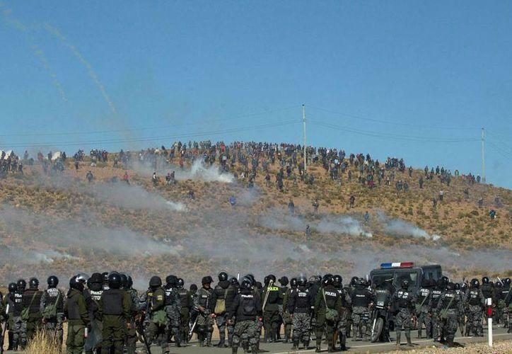 Imagen del 25 de agosto de 2016, que muestra el enfrentamiento de mineros con policías, en Panduro, Bolivia.(AP/Juan Karita)