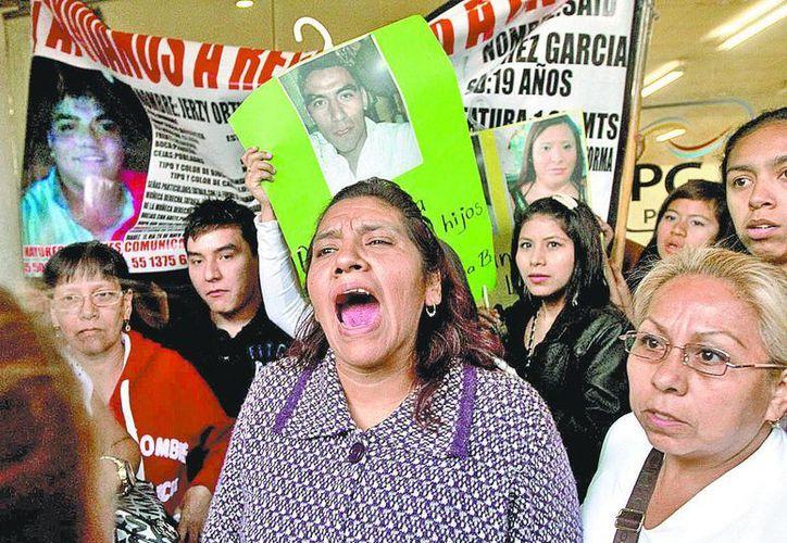 Protestas de familiares en la Procuraduría capitalina tras la reunión con autoridades. (Milenio)
