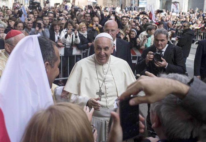 El Papa le enconmendó al embajador argentino ante el Vaticano que se comunicara con el gobierno de Argentina para reiterar que la carta era autentica. (Archivo/EFE)
